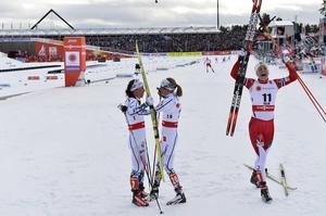 Sofia Bleckur och Charlotte Kalla gratulerar varandra efter fina insatser på 15 kilometer skiathlon i Falun.