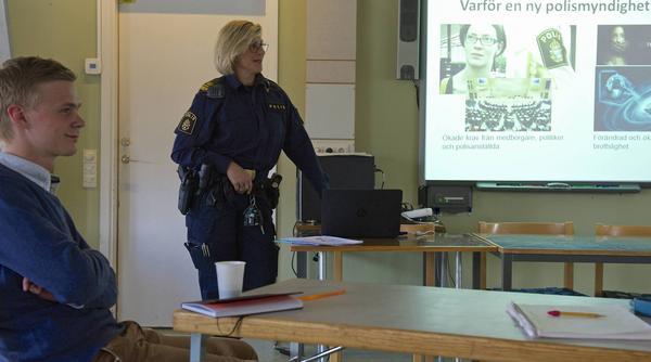 – Polisen ska bli mer närvarande i lokalsamhället, berättar Ingrid Larsson, tillförordnad chef för polisverksamheten i Härjedalen och Berg. Oppositionsrådet Victor Ericsson var en av representanterna från kommunen.