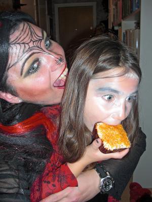 Hade mina systerdöttrar vetat att jag skulle förvandlas till en barnätande häxa så kanske de inte hade bjudit mig på Halloweenmiddag i år? Jag (38 år) älskar att klä ut mig och leka med smink, så vi har roligt ihop, jag och mina systerdöttrar!