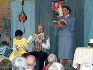 Solveig Bergqvist Larsson och Bengt Kyllinge får läsa högt för lärarinnan Cecilia Kyllinge.