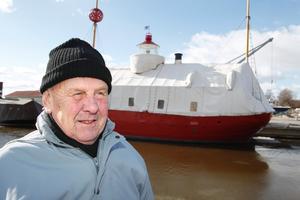 Jens Holmquist, 77, tycker att det är bra att servicebyggnaden rivs, men gillar inte planen för Färjkajen i övrigt.