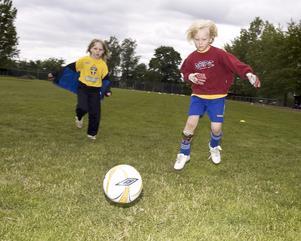Fotbollsskola. Över 200 sommarlovslediga spelar fotboll på Gyllevallen den här veckan.