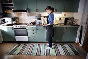 Elin Olars driver bloggen Elins bakplåt. Hon bakar kakor och bröd flera gånger i veckan, sedan delar hon med sig av recept och bilder på bloggen.