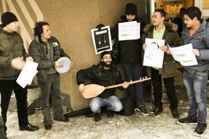 Dost Alali i mitten och hans kamrat Ahmed till vänster spelar och sjunger.