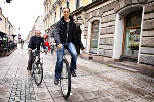 Jesper Lissmark Hult på ett hjul och Elin Höglund på två. Så här tar de sig fram genom hela Europa och på vägen passar de på att sprida kärlek och bekämpa mobbing.