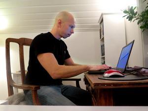 """Här brukar Mikael Ressem sitta och skriva, vilket han lyckats lära sig att göra utan inspiration. Förr skrev han lyrik och betraktelser, men tänkte att ingen ville läsa sånt och slog sig in i deckargenren. Andra delen """"När det tysta tar över"""" kommer 1 april och den tredje delen i trilogin är redan skriven."""