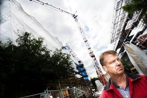 """I Marielund bygger Östersundsbostäder 64 nya bostäder på redan befintliga fastigheter. Efterfrågan på bostäder är stor i Östersund och därför satsas det på nybyggnation. """"Det är bostadsbrist men det är samtidigt tufft att bygga hyresrätter och få ekonomin att gå ihop. Därför vill vi satsa på attraktiva lägen som här i Marielund"""", säger Bengt Rådman.  Foto: Lars-Eje Lyrefelt"""