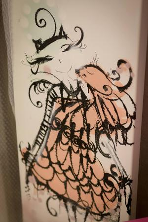 Ladymoes konst går i varma toner, och innehåller mycket detaljer.