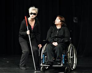"""Eva Andersson och Lena Sjödelius i pjäsen """"Rörelser utan gräns""""."""