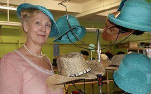 Maj och juni är damhattarnas månad då hatt kan bäras till dop, bröllop, konfirmation...FOTO: KERSTIN ERIKSSON