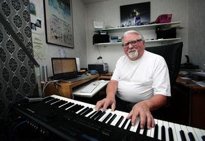 """Stig Robertsson sitter en stund i musikrummet varje dag och komponerar. """"Musiken har betytt otroligt mycket för för mig. Det snurrar alltid musik i min skalle"""", säger 70-årsjubilaren."""