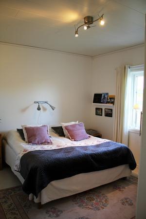 Ett av husets sovrum. På en tavelram står bland annat böcker om Västerås respektive Mora.