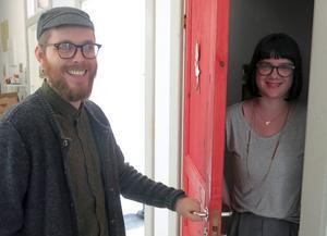 Vad döljer sig bakom dörren? Eller vi menar luckan. Gustaf Lord hittar Elin Hjulström Lord. Tillsammans med andra konstnärer har de gjort en digital adventskalender.