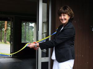 Kerstin Tegeback klippte det blågula bandet som bevis för att det återigen är dags för skola i Erikslund.