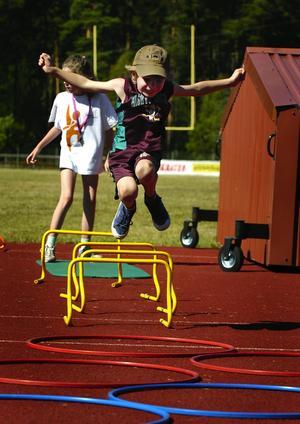 Spring i benen. August Paulsrud, 8 år, är riktigt duktig på att hoppa högt över häckarna. Foto:Anna Klintasp