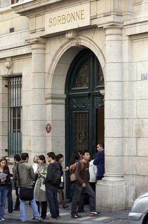 Plugg i Paris. Erasmusprogrammet underlättar för högskolestuderande att förlägga delar av sin utbildning i utlandet. Debattörerna vill att alla vuxna ska kunna omfattas av Erasmus.
