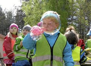 Femåriga Hampus Larsson får till några stora bubblor.