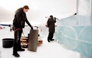 Lovin Sörgård värmer upp plåten för att kunna smälta isblocken och få dem att passa ihop.