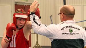 """Samuel Sundberg, som i Sweden Box Cup fick sin första turneringsseger, värmer här upp tillsammans med """"Kermith"""" Fredriksson inför finalmatchen."""