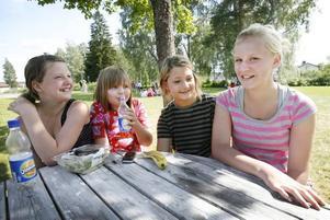 Camilla Forsberg, Jonna Sjölander, Natalie Schwartz och Hanna Östling trivs på kulturkollo där de får spela teater och dansa.