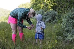 Även lillebror Thor deltar och får lite hjälp av mamma Helena.