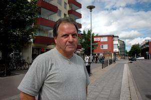 """PÅDRAG. När Gösta Blom satte sig utan att betala på bussen, eftersom den var försenad och han missat tiden för omstigning, larmade chauffören. Sju poliser kom till Valbo och Gösta tvingades ut ur bussen. """"Det var väldigt obehagligt"""", tycker han."""