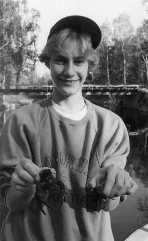 Ort: Småströmmarna, Skog   Rubrik: De fiskar kräftor direkt från verandan.   Bildtext: Säsongens första kräftor. Bert-Ola Jonsson, Bollnäs, visar stolt upp de läckra skaldjuren.