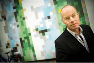 Överraskar. Det kan sägas redan nu att Magnus Dahlström kommit tillbaka från tystnaden med en av årets bästa svenska romaner.