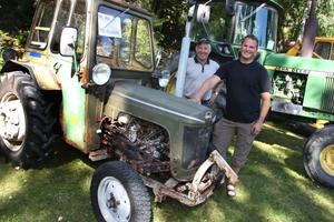 Tord Falk beundrade Peter Källströms gamla BMC-traktor. Peter hade hittat den på Fårholmen i Norrsundet, och den startade direkt efter många års sömn.