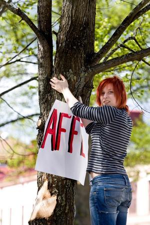Erika Hansson hängde upp plakat till stöd för vaktmästar-Affe.