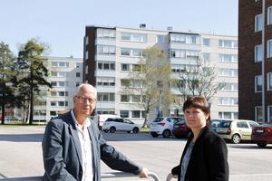 Per-Arne Olsson, ordförande i styrelsen, och Lotta Björklund, vd AB Timråbo på Skogsvägen där det kommer att satsas på solenergi.