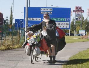 Det går inte fort för Sepp när han färdas genom landet. 10 kilometer om dagen är lagom för honom och hunden Blacky.