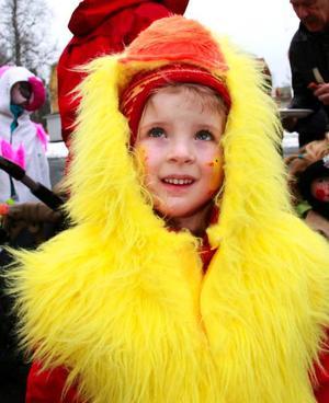 Fyraåriga Josefin Lindgren lyste upp skolgården i Ås med sin gula kycklingdräkt.