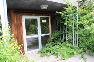Naturen har tagit över många av ingångarna till Gärdesskolan, som stått tom sedan 2010.