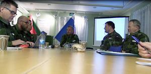 Övningen gick även ut på att samarbeta med landsting, kommun och polis. Här med bataljonchefen Per Simonsson i centrum.