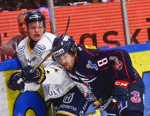 Albin Lorentzon, till höger, i kamp med HV71:s Anton Bengtsson i en SM-kvart i våras.