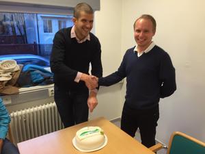 O-ringen Höga Kusten 2018 generalsekreterare Clas Engström och O-ringens vd Henrik Boström skär tårta och skakar hand när kontraktet för jättearrangemanget skrevs under.