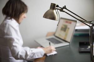 Arbetsgivare och anställda har ett gemensamt ansvar för att man ska kunna släcka flitens lampa på semestern, enligt Mia Aho Wahlberg.