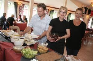 Hälsosam lunch. Monica Andersson och Annica Andersson bjöd på allehanda smårätter under hälsodagen. Göran Engblom lät sig väl smaka.