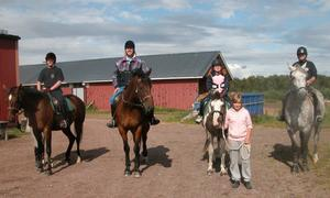 Ryttare. Från vänster, Magnus Svensson, Erik Eriksson, Saga Storm och Pekka Puhakka på väg ut på en ridtur. Foto:Maja Berg