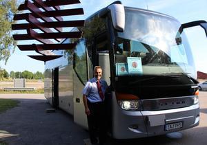 """Chauffören Anders """"lill Anders"""" Karlsson som arrangerat bussturer till Konstrundan i sju år gläds åt det stora konstintresset."""