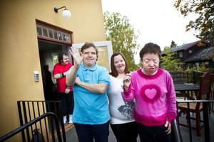 Fyra av de fem som jobbar på vandrarhemmet, i dörren står Jörgen Norman, längst fram från vänster Marie Westrin, Jessica Olsson och Sussie Soinium.
