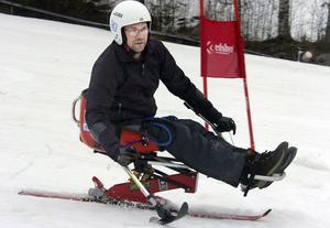 Innan Per-Olof Nilsson blev handikappad 2006 brukade han åka skidor utför. Nu har han under ett par dagar testat sitski i Edsbyns slalombacke och tycker det är jättekul.