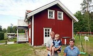 Foto: LASSE HALVARSSON Besvikna. Familjen Eriksson i Årsunda får inte bygga ut sitt hus. - Vi har lagt ned över 500 000 på huset och det skulle vi aldrig ha gjort om vi inte blivit lovade att få bygga till senare, säger Lena Eriksson.