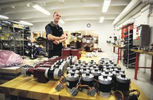 John Jonsson driver företaget Pivario i Krokom som tillverkar och säljer en variator till skotrar. Variatorn gör att man kan köra mer bränslesnålt och det är tack vare den som en bränslesnål skoter har utvecklats vid Malgomajskolan i Vilhelmina.