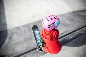 Den nya delen av skateparken består av bland annat nya streetytor, gräsytor, belysning och en bowl.