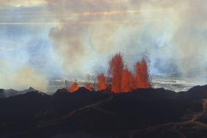 Lavan sprutade upp till 60 meter upp i luften från sprickor i marken.   Foto: Stefano Di Nicolo/AP/TT