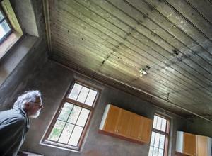 Lasse Kjellin som nu äger fastigheten i Ava, tittar på de gamla ledningarna i taket på den gamla bakstugan.