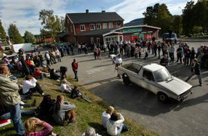 Bil som skottkärra för John Pasanen, Sundsvall, tvåa i denna klass. Det gällde att flytta den välbegagnade Volkswagen pickup:en 15 meter. Tävlingen blev en verklig folkfest i Hassela.