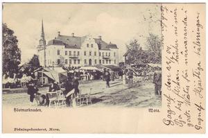 Vykort från höstmarknaden i Mora nedanför tingshuset. Tryckt mellan 1903 och 1905.